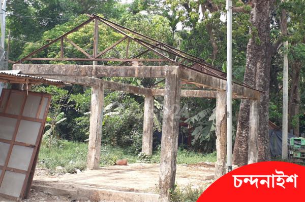 বাজার বসিয়ে টাকা কামালেও রঙ বদলায়নি যাত্রী ছাউনির