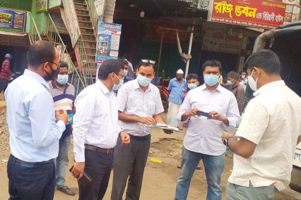 স্বাস্থ্যবিধি না মানায় লোহাগাড়ায় ১৩ ব্যক্তিকে ভ্রাম্যমাণ আদালতে জরিমানা