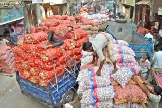 আগের দামে ফিরছে খাতুনগঞ্জের আদা রসুন, ঝাঁজ নেই পেঁয়াজে