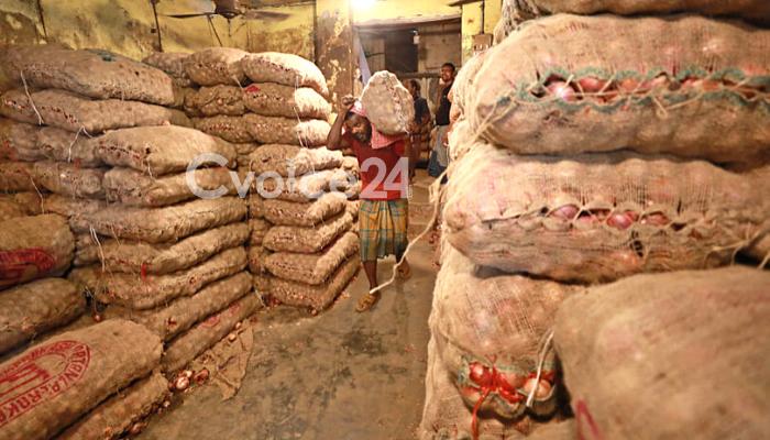 ভারতীয় পেঁয়াজ খাতুনগঞ্জে; বিপাকে কৃষক-ব্যবসায়ী